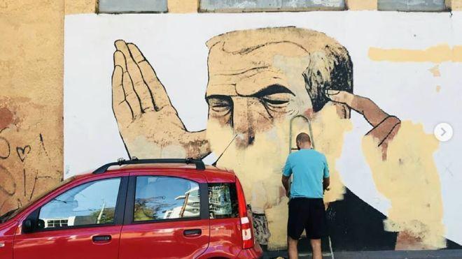 Неизвестный закрасил стрит-арт Гамлета в Одессе. После этого на стене стали появляться нецензурные надписи