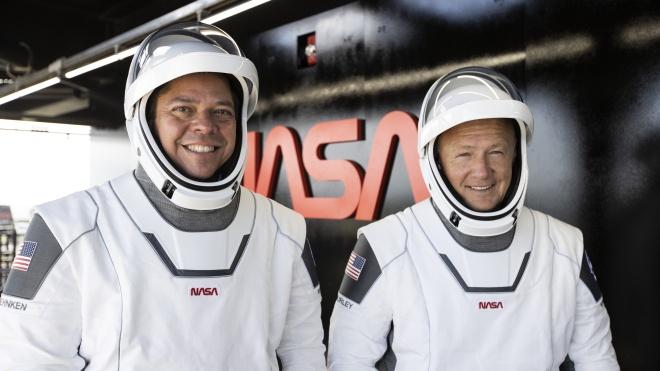 Космический корабль Crew Dragon с двумя астронавтами на борту успешно вернулся с МКС на Землю