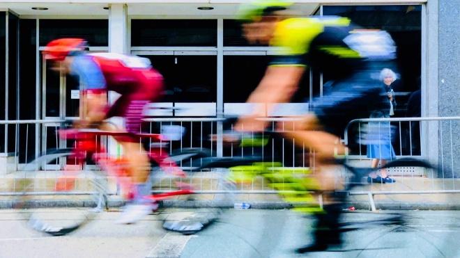 У Франції затримали жінку, яка влаштувала масову аварію на етапі «Тур де Франс». У ній зіткнулися 50 осіб