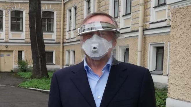 Губернатор Санкт-Петербурга проинспектировал местные роддома. Уровень его защиты от COVID-19 стал причиной мемов