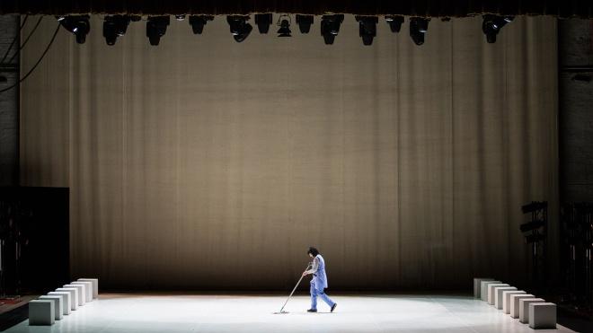 У Київ вперше привезли «Чорно-білі балети» Іржі Кіліана. На прем'єрі одну з ролей зіграла прибиральниця із theБабеля, а зал їй аплодував. Ось як це було