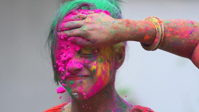 В Индии начался весенний Фестиваль Холи: люди осыпают друг друга разноцеветной пудрой. Как это выглядит