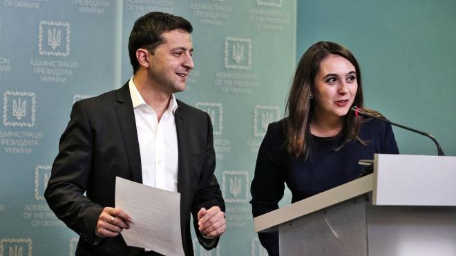 В ОП підтвердили звільнення Мендель з посади прессекретаря Зеленського. Надалі вона працюватиме з іноземними ЗМІ