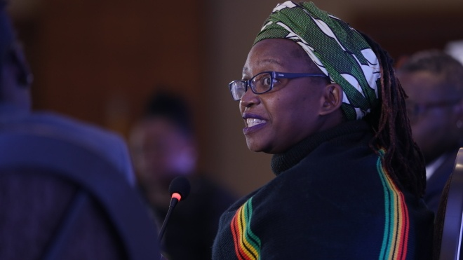 Феминистка из Уганды написала стих о президенте и половом органе его матери. Ее судили за «кибернасилие»