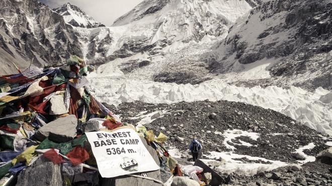 На Эвересте за месяц погибло больше людей, чем за прошлый год: они толпятся у вершины ради селфи и умирают. Как так получилось?