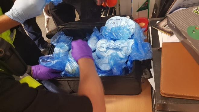 В лондонском аэропорту изъяли чемодан, полный наркотиков. Это оказался порошок для приготовления веганского торта