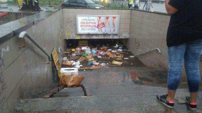 Улицы Киева затопило после дождя. Смыло путепровод и переходы, воду откачивают насосами
