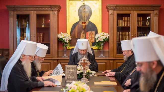 «Вони порушують мир між конфесіями». Синод УПЦ МП вимагає від екзархів Вселенського патріарха покинути Україну