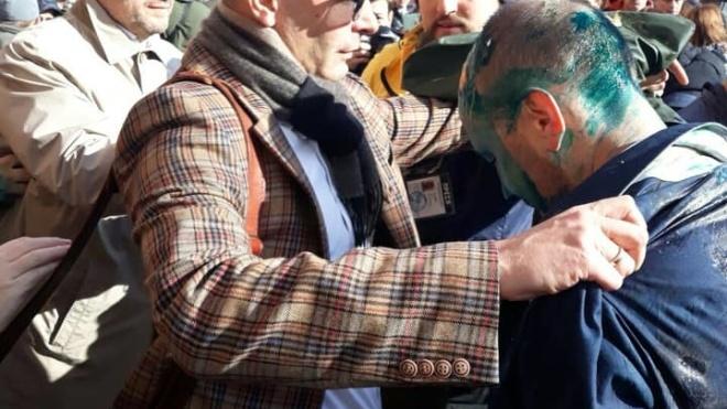 У Київраді облили зеленкою та закидали яйцями депутата Гусовського. У нього опік рогівки, поліція відкрила два провадження