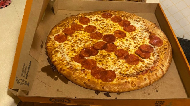 В США пара получила пиццу со свастикой. Сотрудники пиццерии все объяснили шутками
