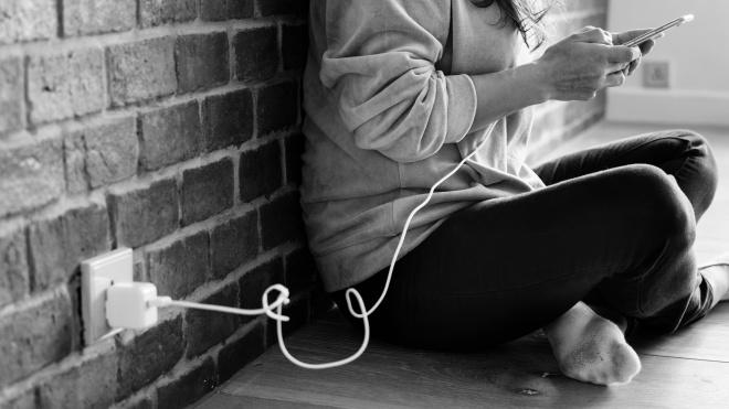 Користувачі скаржаться, що нові iPhone не заряджаються від звичайної розетки
