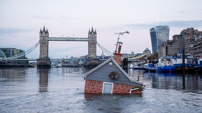 Экоактивисты «сплавили» по Темзе дом, чтобы привлечь внимание к уровню мирового океана. Здание утонуло