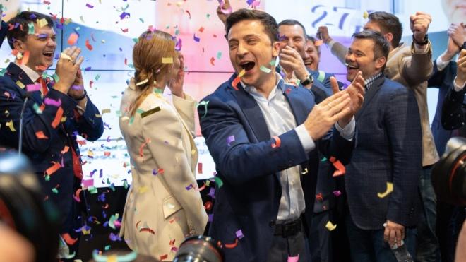 «Чому на сайті ЦВК Україна — зеленого кольору?» Порошенко передає країну Зеленському. Ненудний репортаж з обох штабів