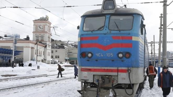 Через обриви мереж та снігопад затримуються потяги