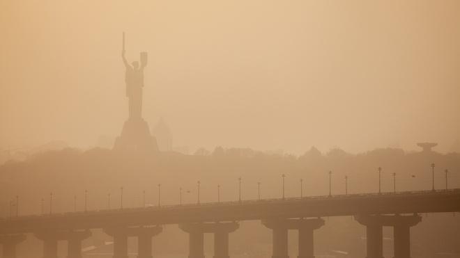 Едва заметная «Родина-мать» и нулевая видимость. Фотографии пылевой бури в Киеве