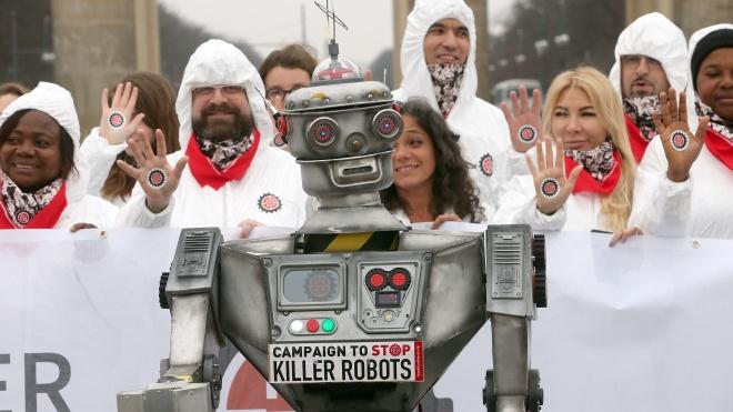 «Остановить роботов-убийц». В Берлине десятки активистов в белых костюмах выступили против искусственного интеллекта в вооружении