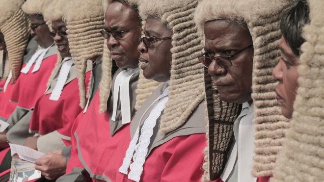 «Это напоминает о колониальном прошлом». Граждан Зимбабве возмутили закупки париков для судей за 118 тысяч фунтов