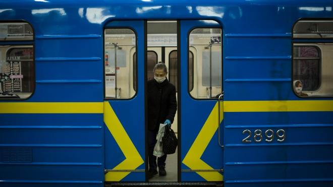 У київському метро завдяки дефібрилятору врятували чоловіка. Ймовірно, вперше