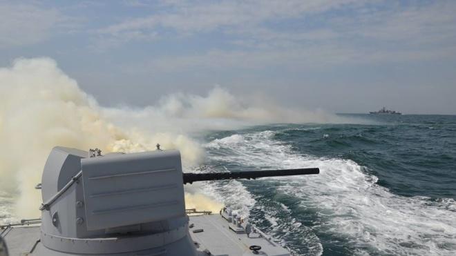 Ескалація в Азовському морі: шестеро військових ЗСУ поранені. Порошенко підтримав введення воєнного стану