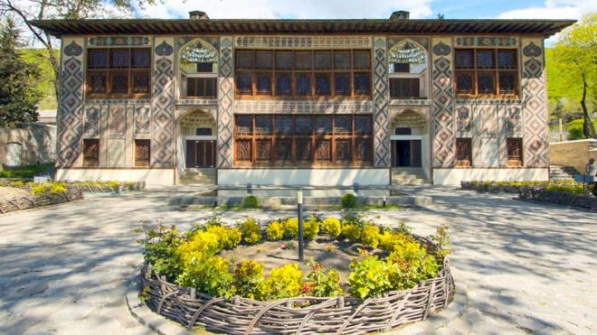 В Азербайджані на туристів впала гілка 500-річного дерева. Постраждали 19 осіб