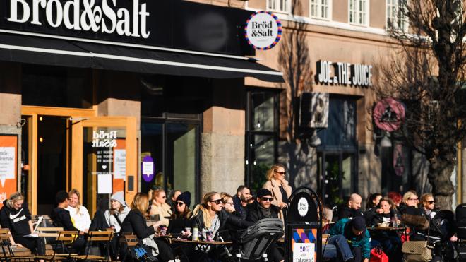Швеция переживает пандемию без карантина: в стране открыты бары, рестораны и детские сады. Власть называет стратегию «успешной». Что об этом говорит статистика