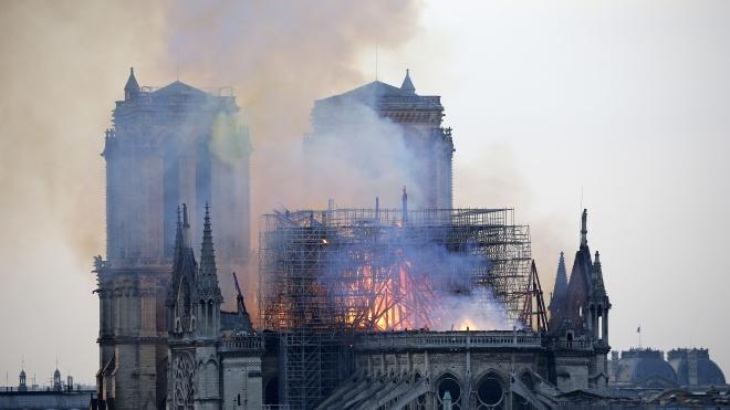 Із собору Паризької Богоматері врятували частину святинь. Президент Франції оголосить збір коштів на відновлення храму