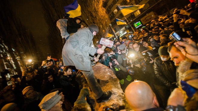 Пять лет назад в Киеве на Бессарабке снесли памятник Ленину. Вот как его установили, повалили и превратили в арт-объект