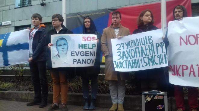 Семьи украинских политзаключенных пикетировали посольство Германии с требованием не отменять санкции против России