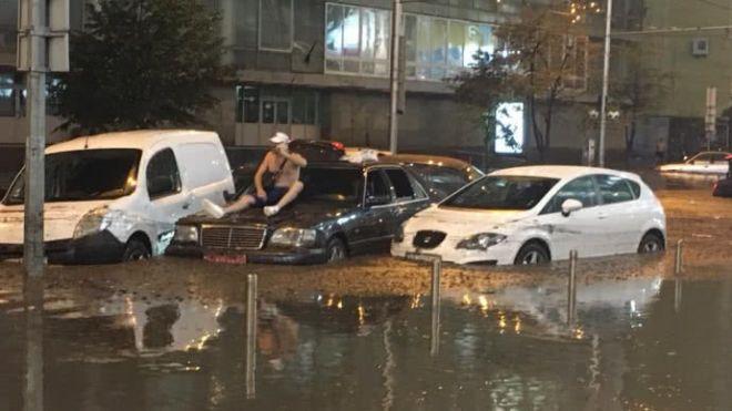 Головне за ніч: переговори Меркель і Путіна, центр Києва знову затопило, а в Грузії шукають танкер