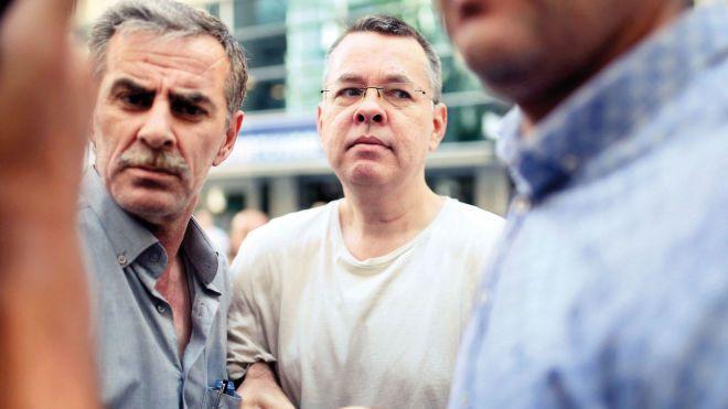 В Турции суд отказался освободить американского пастора Брансона. Из-за него Вашингтон и Анкара начали торговую войну