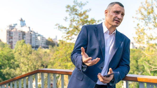«Завязать, при желании, в один узел можно все, что угодно». Мэр Киева Виталий Кличко говорит о парковках, застройках, деньгах, судах и политике — интервью «Бабеля»