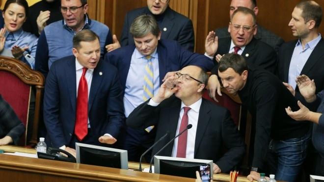 Парубий подписал закон о введении военного положения и направил его на подпись Порошенко