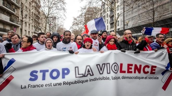 У Парижі «червоні шарфи» вийшли на мітинг проти «жовтих жилетів»