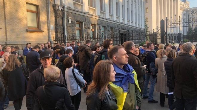 «Дякую, Петре!» Прихильники Порошенка зібралися на Банковій подякувати президенту за безвіз, армію та децентралізацію