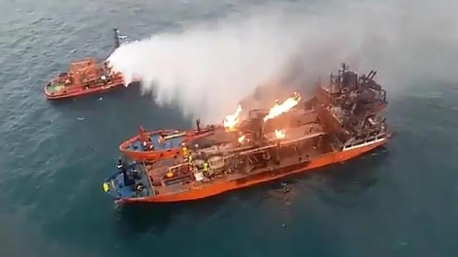 Пожежу на танкерах біля Криму не можуть загасити. Газ продовжує горіти, а судна хиляться набік