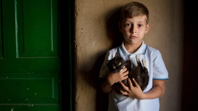 «Эти дети сильнее взрослых». Ровесники войны в прифронтовых селах идут в первый класс — большой репортаж из Станицы Луганской
