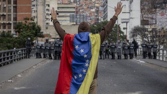 В Венесуэле — два президента: одного поддерживают США, другого Россия. Мятеж Нацгвардии подавлен, в городах снова протесты. Что происходит?