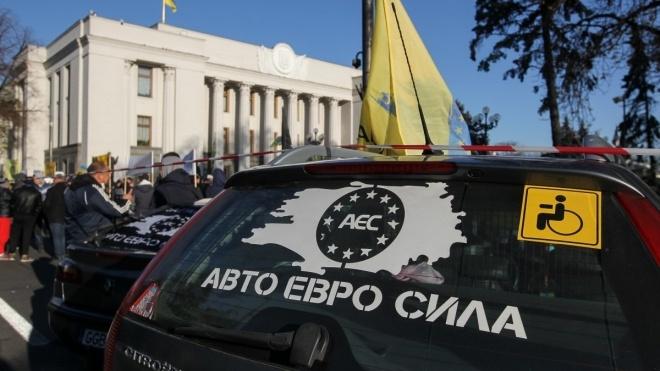 Владельцы авто на еврономерах заблокировали переход на границе с Беларусью. Водители обещают перекрыть дороги по всей Украине