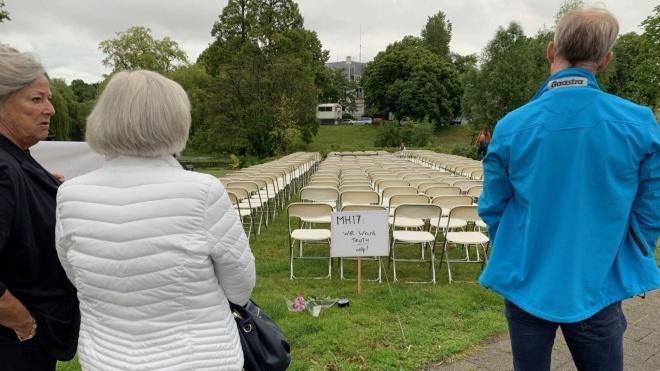 Под посольством России в Нидерландах протестовали родственники жертв катастрофы MH17