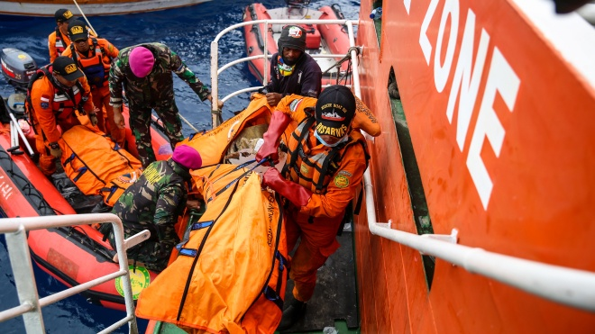 Катастрофа літака в Індонезії: рятувальники знайшли фюзеляж лайнера