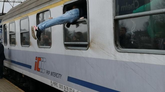 «Мабуть, найкоротший поїзд». У Польщі пасажирам довелося лізти через вікна в потяг з одного вагона