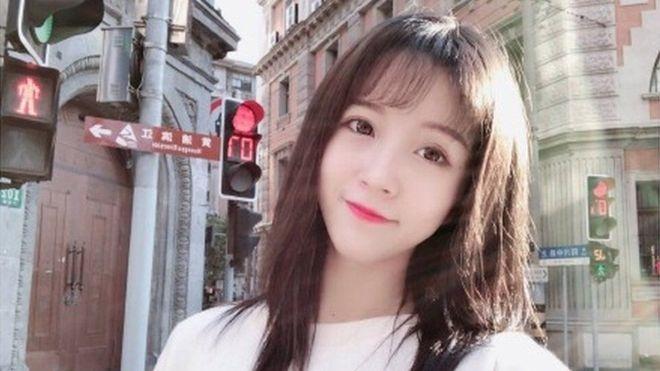 В Китае видеоблогерша пела гимн и размахивала руками. За это ее арестовали