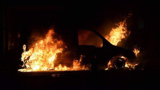 В Швеции уже вторую ночь жгут машины. Полиция знает, кто это делал, но не знает зачем