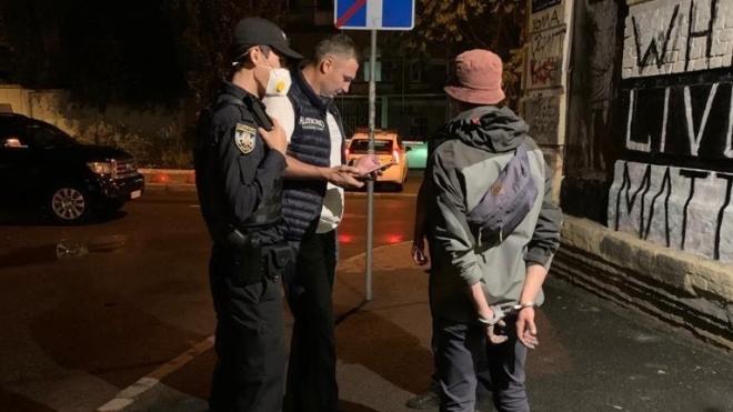 Кличко во время прогулки по Киеву нашел двух парней, которые рисовали граффити. Пока вызывал полицию, один из них убежал