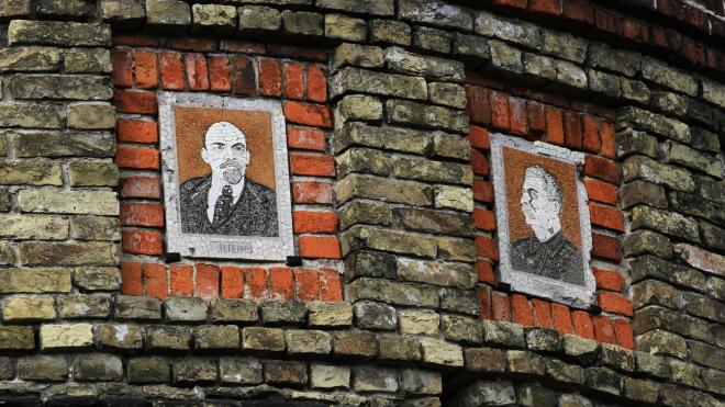 У центрі міста Новгород-Сіверський висять портрети Сталіна та Леніна. Мер не хоче їх знімати, він воює з Інститутом нацпам'яті та перемагає — великий репортаж theБабеля