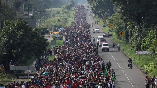 Тысячи мигрантов приближаются караваном к США через Мексику