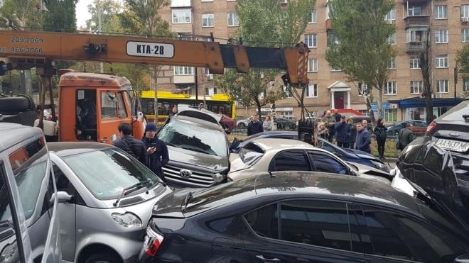 В центре Киева подъемный кран устроил массовое ДТП. Столкнулись более 10 авто