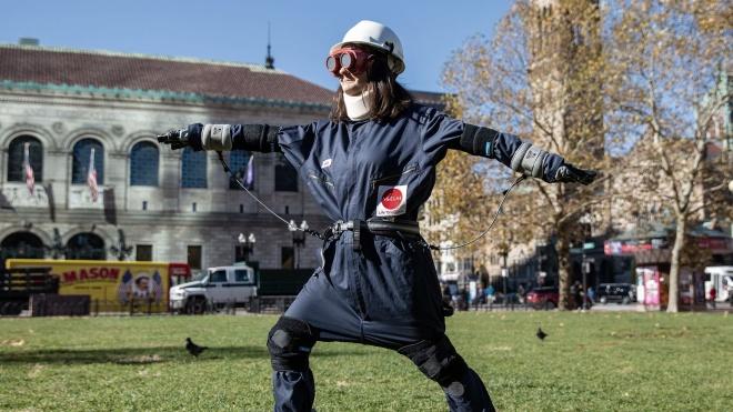 У Кембриджі винайшли костюм, який робить людину старою. Науковці вважають, що це допоможе вирішити проблему віку — переказуємо матеріал The New Yorker