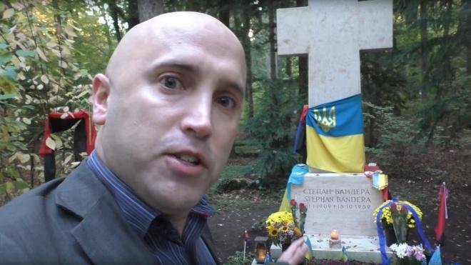 Російський пропагандист Грем Філліпс зірвав прапори з могили Бандери в Мюнхені. Поліція почала розслідування