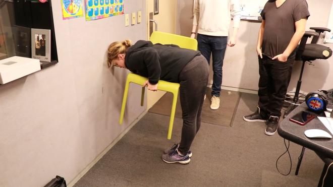 В сети завирусился челлендж #ChairChallenge, где люди выполняют трюк со стулом. У мужчин получается плохо